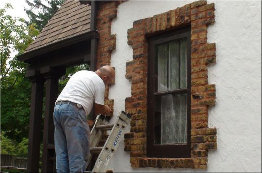 Tuckpointing Contractors Chicago advising on how to know if your property requires tuckpointing services